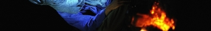 Bandeau 15 Homme bleu assis devant la braise